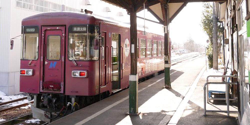 列車の行先を確認して、先頭車両の後方の扉から乗車ください。